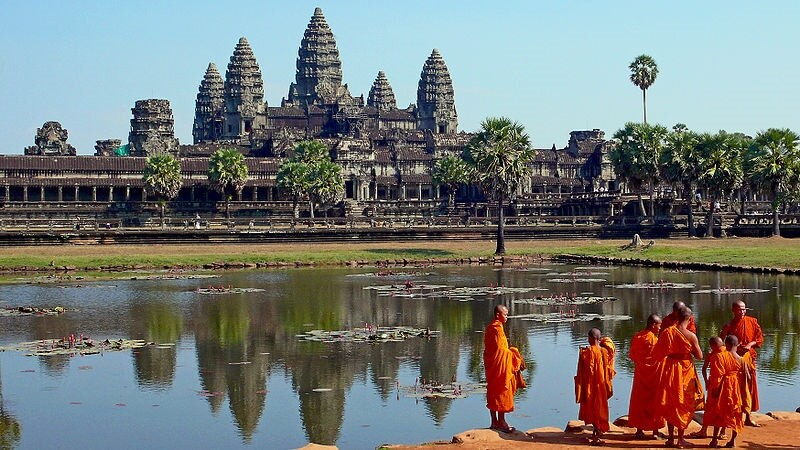 media_gallery-2019-01-9-8-800px_Buddhist_monks_in_front_of_the_Angkor_Wat_9b91ab46e7bdb40f27be98d9acdf1042.jpg