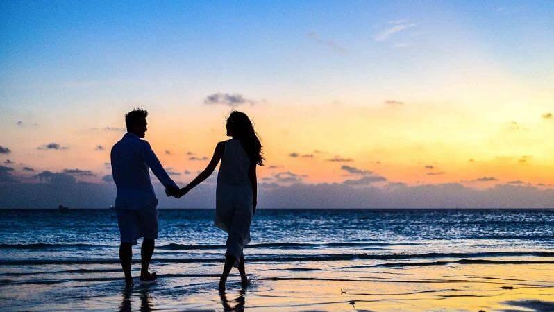 honeymoon_couple_beach