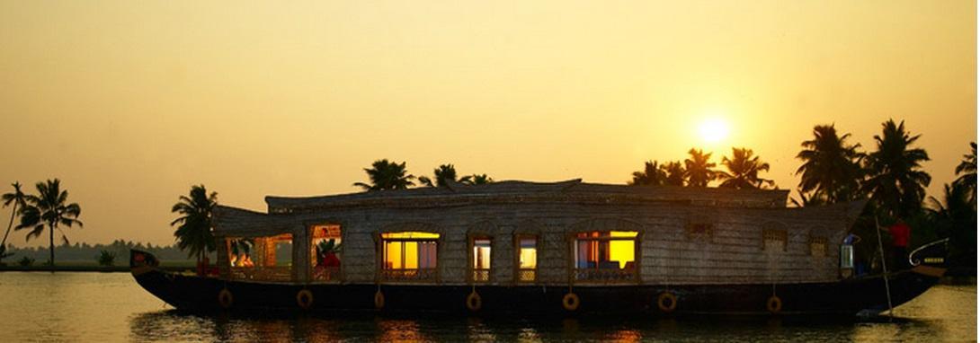 Christmas on Houseboat - Christmas Holiday Destinations
