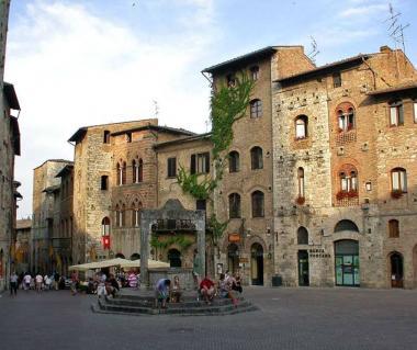 Piazza Della Cisterna Tours