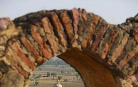 Hiran Minar Image