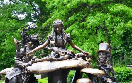 Alice In Wonderland Statue Image