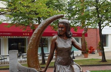 Bewitched Statue Of Elizabeth Montgomery Image