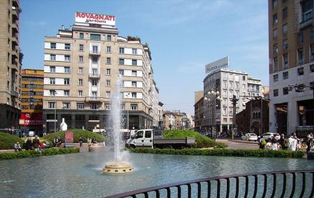 Fontana Di Piazza San Babila Image